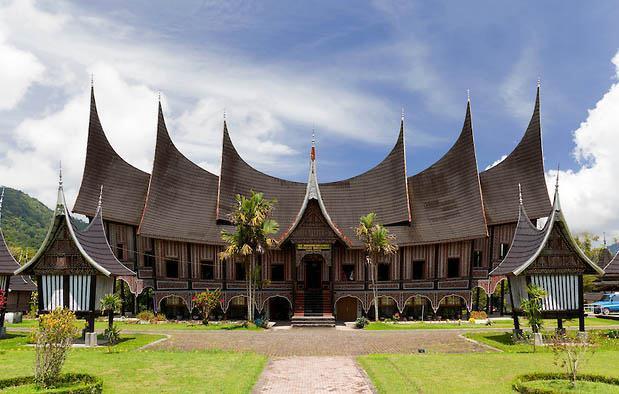 Rumat adat kemegahan dari wujud keragaman budaya di Indonesia