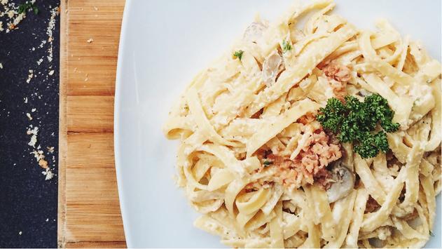 Preparar una deliciosa pasta con salsa CARBONARA poster