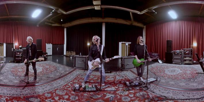 R5: Let's Not Be Alone Tonight apk screenshot