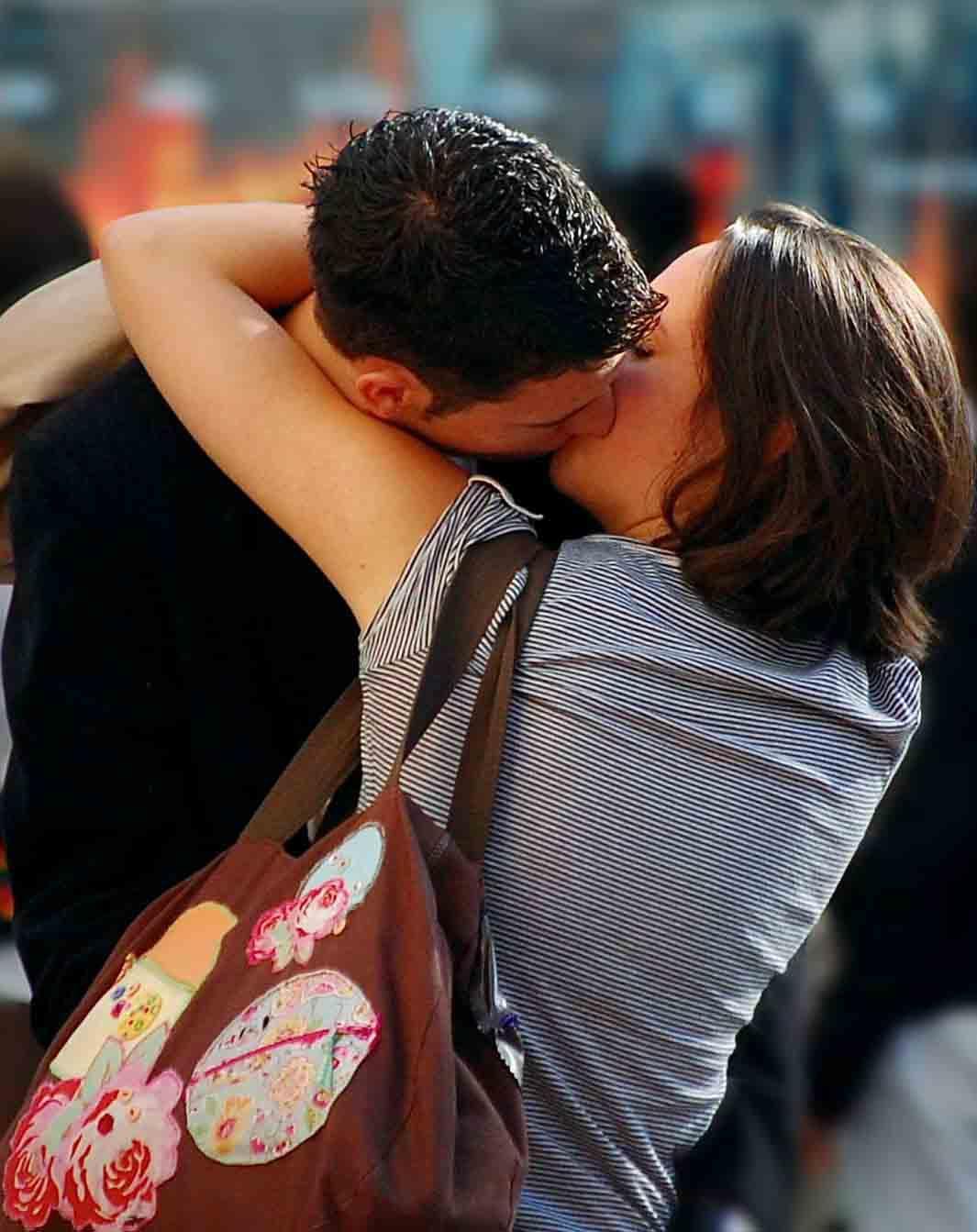 Romantic Kiss Wallpapers Hd для андроид скачать Apk