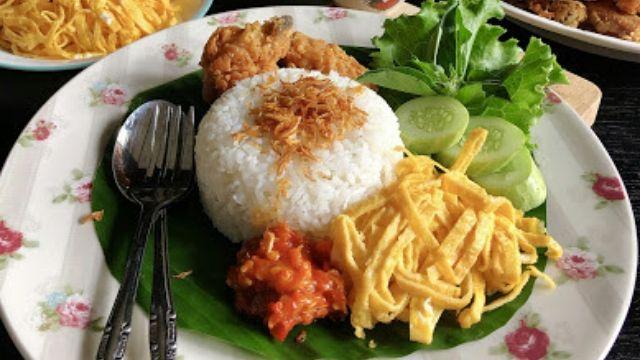 Nasi Kuning Ketan Betawi / Ketan Kuning Serundeng Youtube / The herbs being used especially the ...